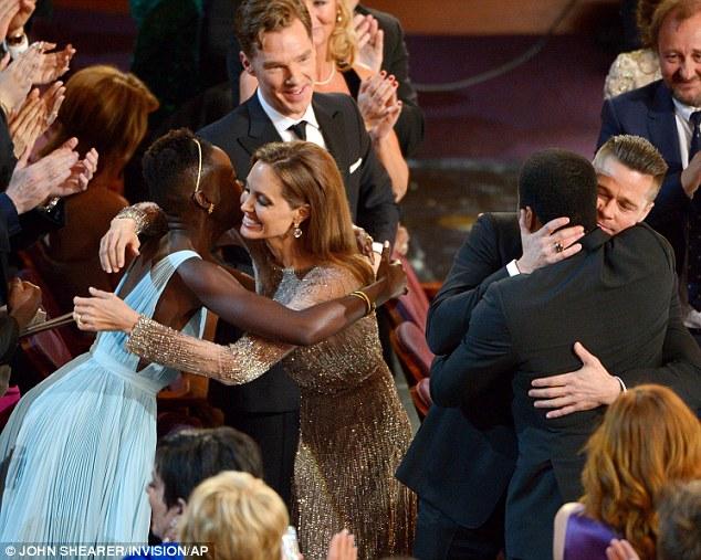 Les Brangelina se prennent pour Kate et William embrassant leurs sujets