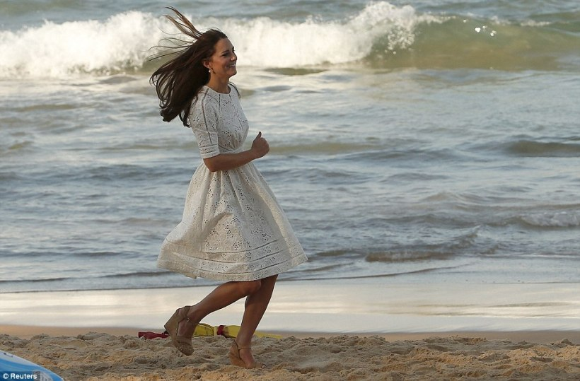 Kate courant comme une cruche sur ses éternelles compensées à Sydney