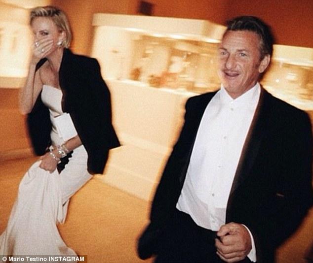 Charlize Theron et Sean Penn pris sur le vif au Met Gala 2014 par Mario Testino.