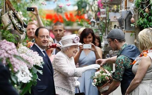 7772469818_queen-elizabeth-faisant-des-emplettes-au-marche-aux-fleurs-de-l-ile-de-la-cite-en-compagnie-de-francois-hollande-le7-juin-2014