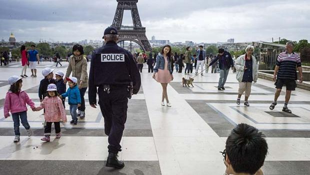 trocadero-eiffel-tower-police