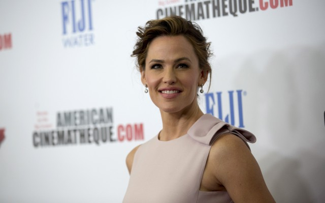 Actress Jennifer Garner poses at the 29th Annual American Cinematheque Award ceremony in Los Angeles, California October 30, 2015. REUTERS/Mario Anzuoni - RTX1U2B3