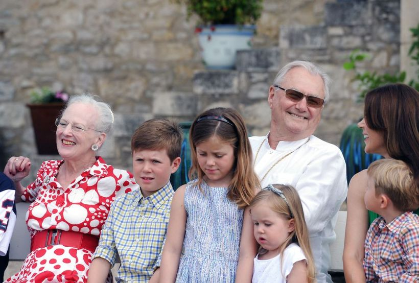 Danish Queen Margarethe and Prince Henrik pose with some of their grand-children on June 11, 2014 2014, in the gardens of their chateau at Caïx. The chateau is a residence of the Danish Royal Family located in the wine district of Cahors in southern France. AFP PHOTO/ ERIC CABANIS
