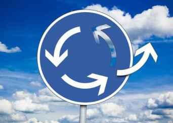 Straßenverkehrsschild mit Kreisverkehr