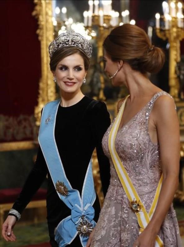 GRA641 MADRID 22 02 2017 - La Reina Letizia i conversa con Juliana Awada d esposa del presidente de Argentina Mauricio Macri a su llegada a la cena de gala que los Reyes ofrecen al mandatario argentino hoy en el Palacio Real EFE Chema Moya POOL